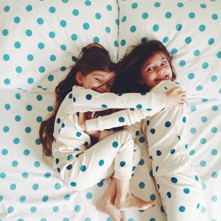 Sleepover: Γιατί «επιβάλλεται» να αφήνεις τα παιδιά να κοιμούνται σε φίλους τους