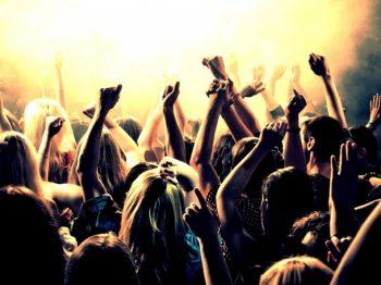 Χοροεσπερίδες - το να ξεροσταλιάζεις έξω από το κλαμπ δεν αρκεί. Ενημέρωσε το παιδί σου