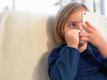 Κάνουμε δώρο στα παιδιά κινητά και μετά παραπονιόμαστε ότι δεν παίζουν
