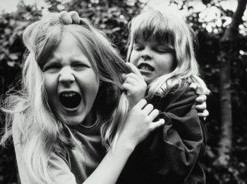 Μεγαλύτερα αδέρφια: τί τραβάνε απ' τα μικρότερα - αλλά μετά από χρόνια γελάνε μ' αυτά
