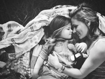 Πρέπει να γίνουμε μάνες τελικά για να αποκτήσουμε αναγνώριση από την κοινωνία;