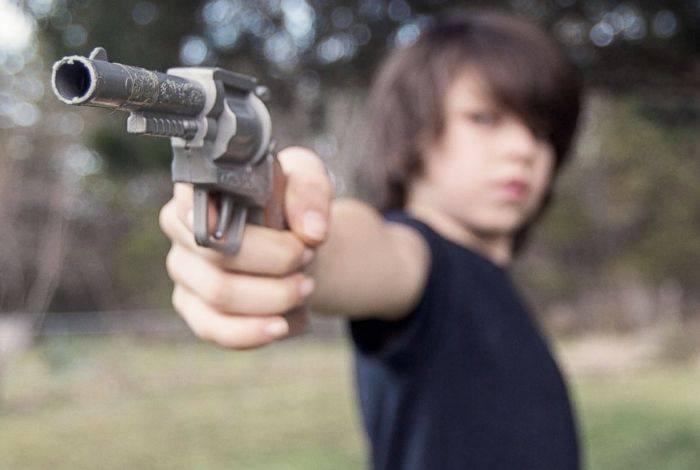 Ζούμε σε μια χώρα που σε κάποια μέρη τα αγόρια γίνονται άνδρες πυροβολώντας