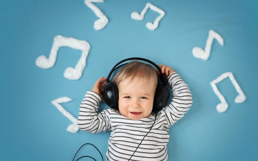2a72eb2efdc Η Ελιάνα Χρυσικοπούλου συνειδητοποιεί πως βάζει στην κόρη της ν' ακούει  συνεχώς μερικά όχι-και-τόσο-αθώα τραγουδάκια.