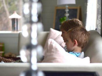Όταν δεν έχεις χρόνο ούτε για ένα ντους, άσε την τηλεόραση να κάνει baby sitting