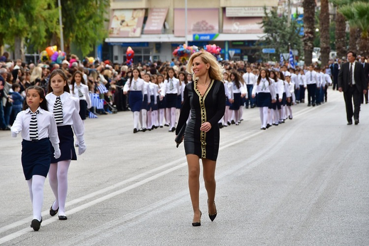 Το ντύσιμο της δασκάλας στην παρέλαση