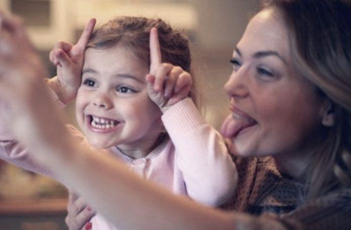 Τα παιδιά νιώθουν την αγάπη μας όταν είμαστε προσηλωμένοι σε αυτά. Ακόμη και για 15 λεπτά