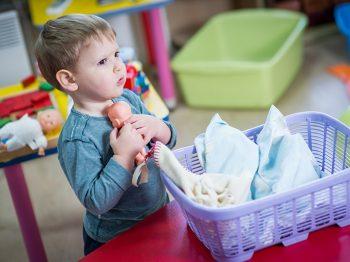 8 λόγοι που είναι καλό να αφήνεις τον γιο σου να παίζει με κούκλες