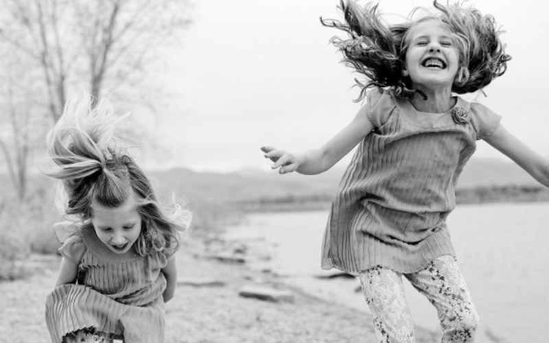 Πώς «βγαίνουν» τα παιδιά που μεγάλωσαν με τη μέθοδο Attachment Parenting