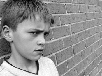 """Είναι όντως τα παιδιά μας τόσο """"δύσκολα"""" ή τα έχουμε κάνει εμείς;"""