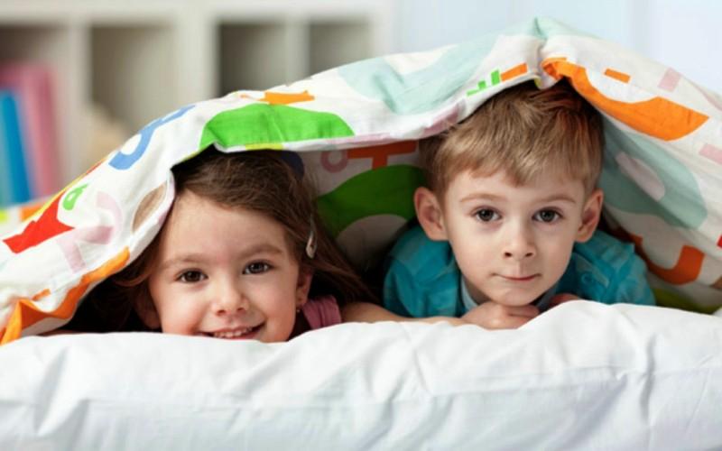 6 λόγοι που είναι όμορφο να κοιμούνται μαζί τα αδέρφια (μέχρι την προεφηβεία)