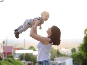 7 λόγοι που υποδέχεσαι κατάκοπη τη Δευτέρα αν είσαι μητέρα μικρών παιδιών