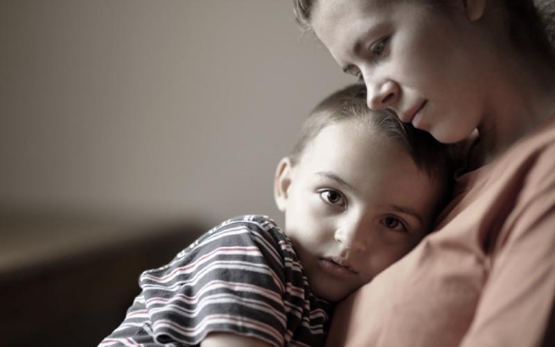 8 καταστάσεις που συνήθως μας προκαλούν θλίψη τις γιορτινές μέρες