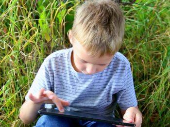 Xρήση smartphones: Τα παιδιά έχουν ξεχάσει πώς να γυρνούν τις σελίδες των βιβλίων