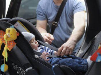 παιδιά στο αυτοκίνητο