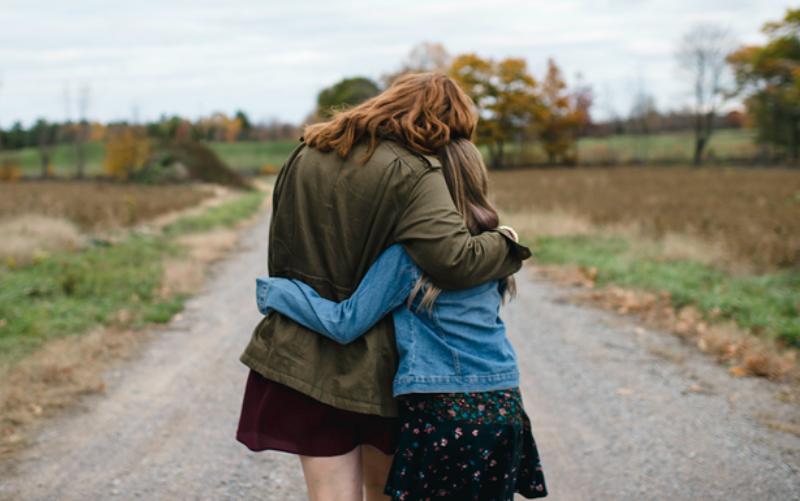 Ένας γονιός που δεν έχει αυτοεκτίμηση, περιμένει από το γιο ή την κόρη να του τη δώσει
