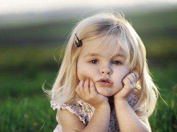 """""""Μικρούλα και ομορφούλα"""". Πώς στέλνουμε λάθος μήνυμα εστιάζοντας στην εμφάνιση των κοριτσιών"""