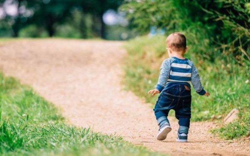 Τι μας διδάσκουν τα μωρά που μαθαίνουν να περπατούν για τον διαλογισμό