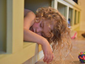 Μήπως δεν είναι καλό να βάζουμε τα παιδιά για ύπνο το μεσημέρι με το ζόρι;