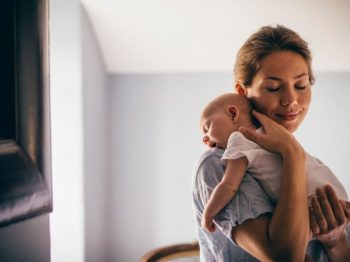 10 βασικά πράγματα που πρέπει να ξέρεις όταν επισκέπτεσαι ένα νεογέννητο