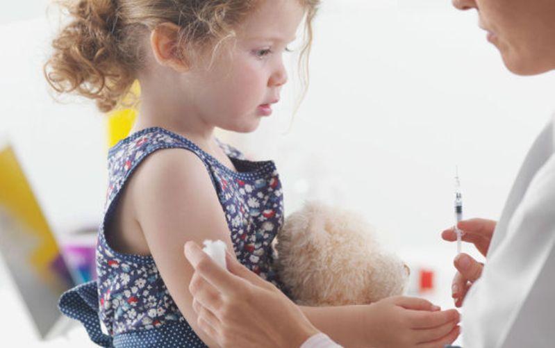 Αλλαγές για τα εμβόλια και την εγγραφή στα σχολεία προτείνουν οι παιδίατροι