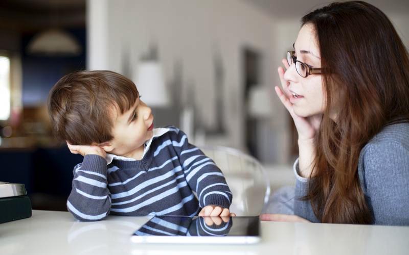 Δεν μπορείς να μάθεις τρόπους στο παιδί σου, όταν εσύ είσαι αγενής