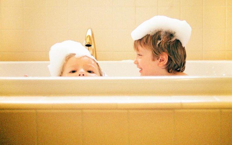 Πότε ένα παιδί χρειάζεται πιο συχνό και πότε πιο αραιό λούσιμο;