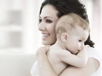 αγκαλιάζοντας το μωρό