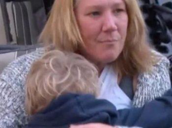Μια μητέρα που δέχθηκε κατακραυγή επειδή θηλάζει ακόμη τον 7χρονο γιο της εξηγείται