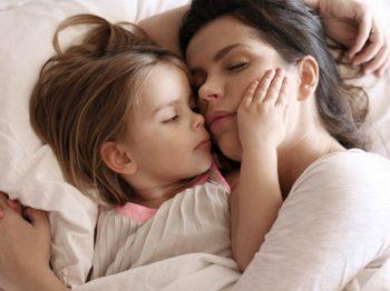 Το να ξαπλώνω δίπλα στο παιδί μου μέχρι να αποκοιμηθεί, είναι η καλύτερη συνήθεια που είχα ποτέ
