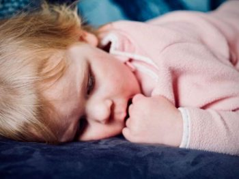 Προκειμένου να φτιάξουμε ανεξάρτητα παιδιά, τα αφήνουμε να κλαίνε και να κοιμούνται μόνα τους