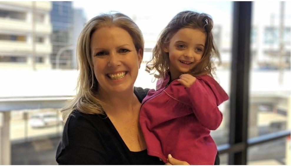 Νοσηλεύτρια υιοθετεί κοριτσάκι που αγάπησε με μια ματιά