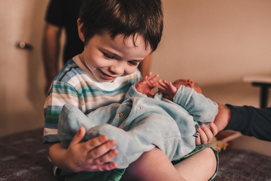 15 συγκινητικές φωτογραφίες παιδιών που βλέπουν το αδερφάκι τους για πρώτη φορά