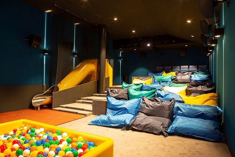 Ένα νέο σινεμά με έντεκα διπλά κρεβάτια και αφράτα μαξιλάρια