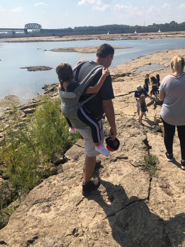Δάσκαλος μεταφέρει την παράλυτη μαθήτριά του στην πλάτη του για να μη χάνει τις εκδρομές