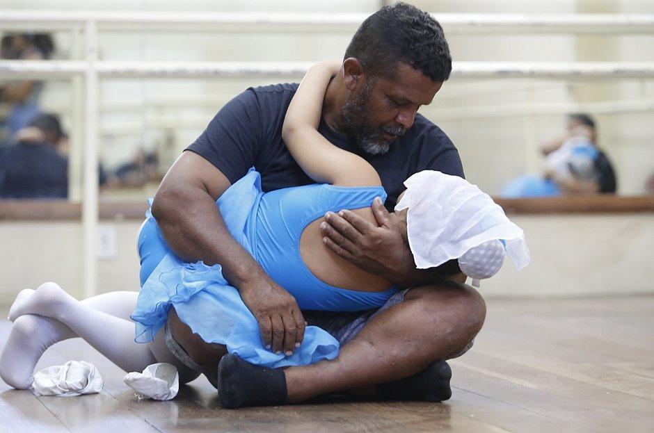 μπαμπάς χορεύει μπαλέτο