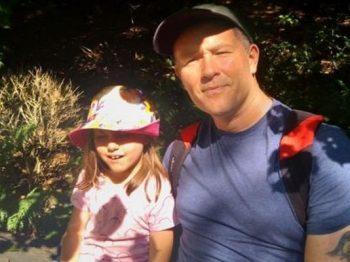 Έγινε συγγραφέας για χάρη της αυτιστικής κόρης του