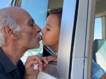"""""""Παππού θα κάνω να σε δω τόσο καιρό"""" - η φωτογραφία από τη Συρία που συγκινεί"""