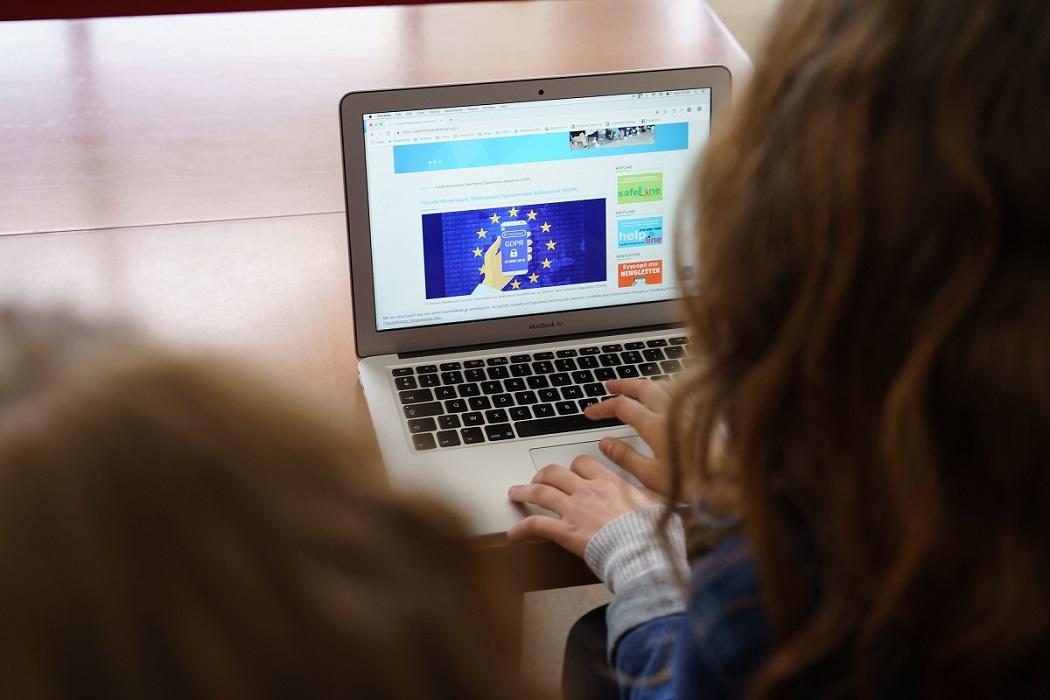 5 πράγματα που μπορούμε να κάνουμε για να προστατέψουμε τα παιδιά μας από τους κινδύνους του διαδικτύου