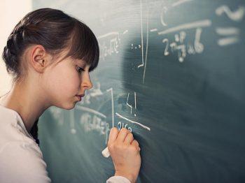 Έρευνα καταρρίπτει τον μύθο ότι τα κορίτσια υστερούν από τα αγόρια στα μαθηματικά