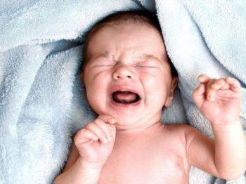 δεν αφήνουμε τα νεογνά να κλαίνε