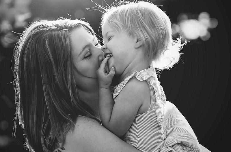 Δώσε στο παιδί αγάπη και αγκαλιά. Πολύ και από τα δύο...