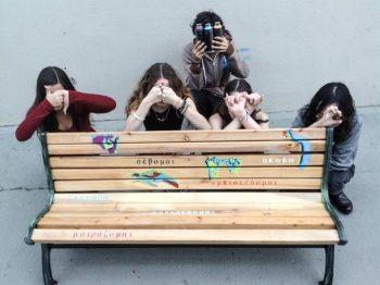 «Το Παγκάκι της Φιλίας» σε ελληνικό σχολείο - Για να μην μένει κανένα παιδί μόνο του στο διάλειμμα