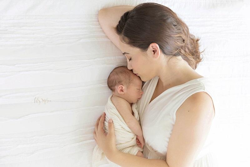 Φέρσου όμορφα στη νέα μαμά. Και απλά αγάπα την με όποιον τρόπο μπορείς