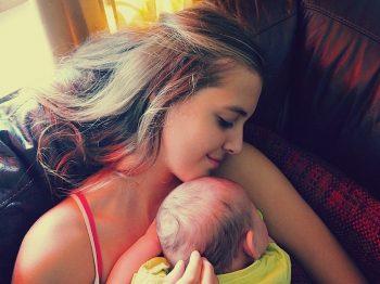 'Ερευνα: Όσο περισσότερο αγκαλιάζουμε ένα μωρό τόσο πιο έξυπνο γίνεται
