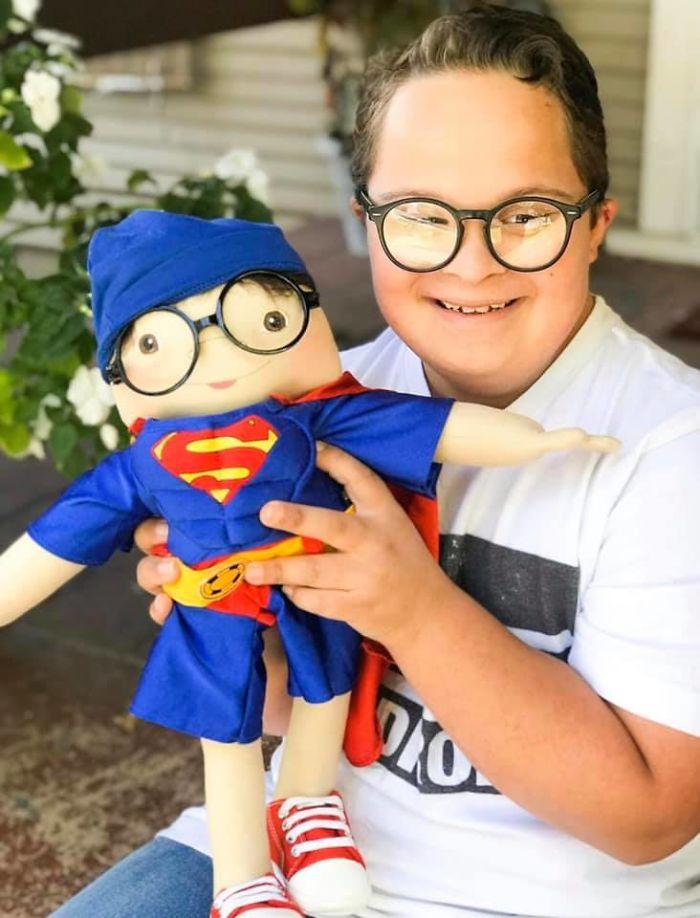 Μια μαμά έφτιαξε κούκλες που μοιάζουν σε παιδιά με αναπηρίες και έλιωσε την καρδιά μας
