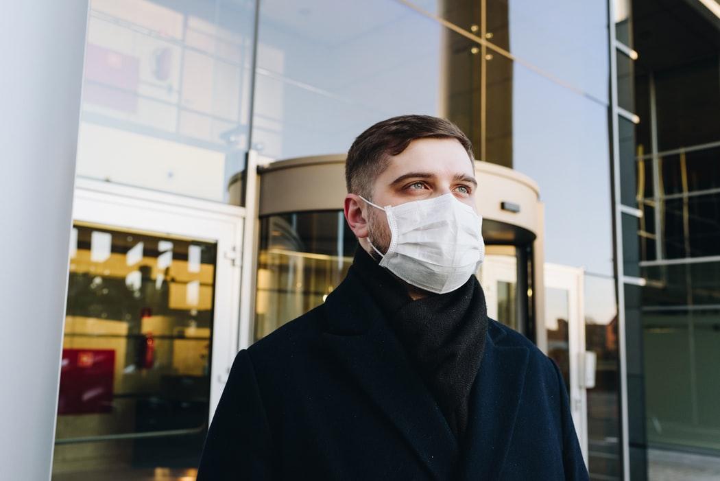 Υποχρεωτική χρήση μάσκας σε όλους τους κλειστούς χώρους εισηγούνται οι λοιμωξιολόγοι