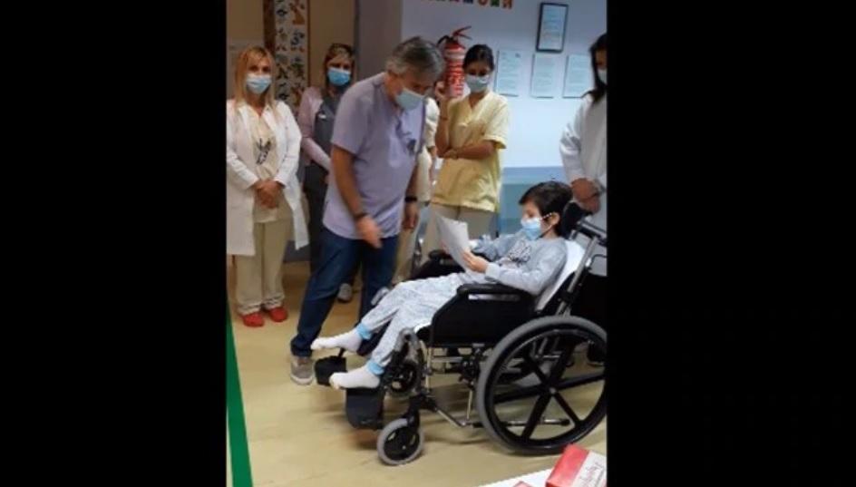 Βίντεο   Η συγκινητική στιγμή που ο 8χρονος Γιάννης βγαίνει από τη ΜΕΘ