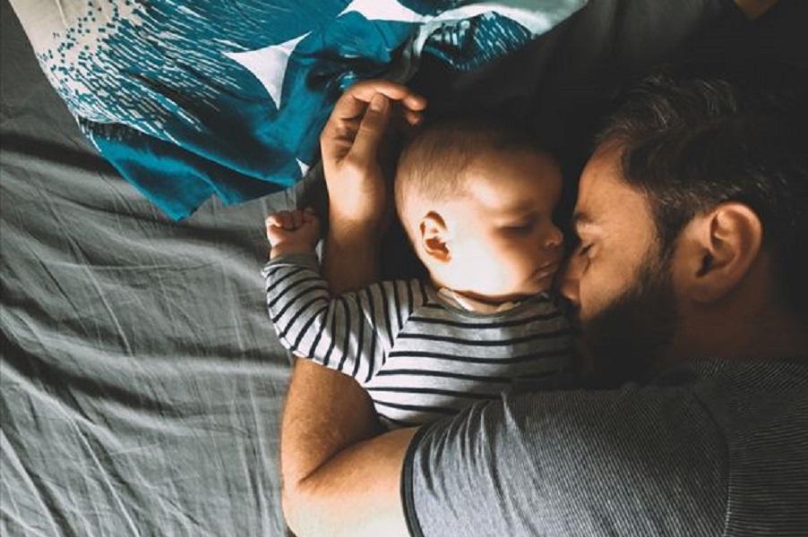 Πέντε συμβουλές ύπνου για νέους μπαμπάδες - για να αντέξετε όλοι τη νυχτερινή βάρδια