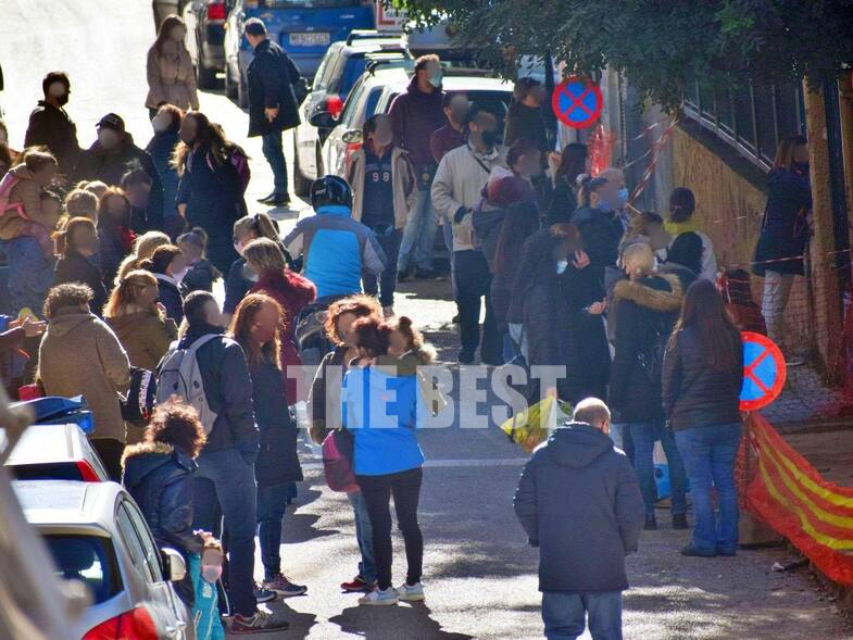 Έφοδος της αστυνομίας σε δημοτικά σχολεία της Πάτρας για τον συνωστισμό των γονέων