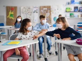 Εξαδάκτυλος: Να κλείσουν άμεσα τα σχολεία - Θέμα χρόνου η επικράτηση της βρετανικής μετάλλαξης
